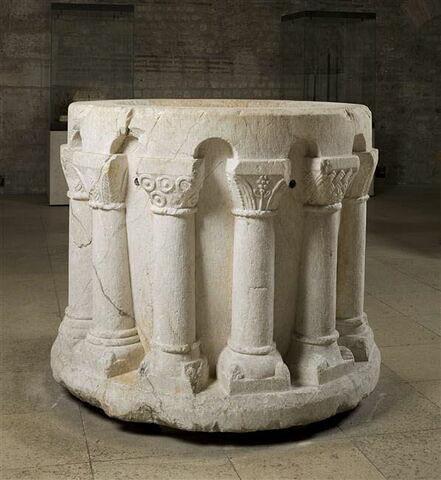 Vasque de fontaine à décor d'architecture