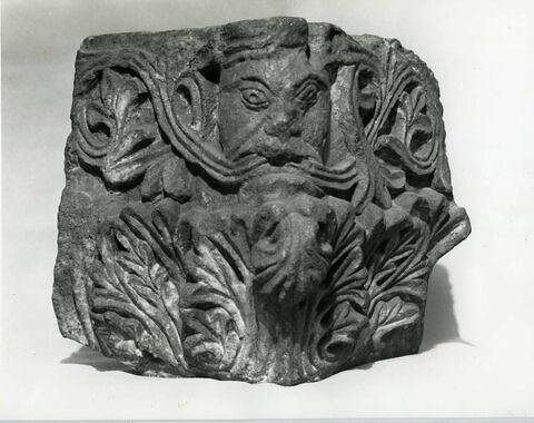 Chapiteau d'angle décoré de rinceaux s'échappant de la bouche d'un masque