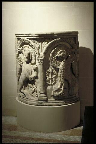 Parapet d'ambon orné des symboles des évangélistes Luc et Jean