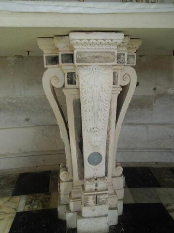 Console soutenant l'autel de la chapelle d'Anet