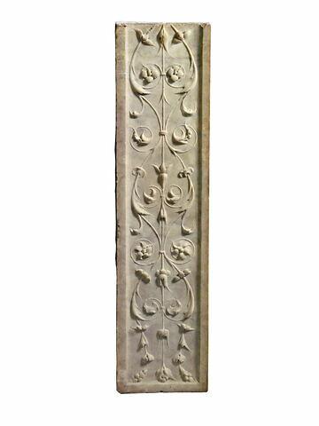 Fragment de pilastre portant un décor de feuillage et de fleurs
