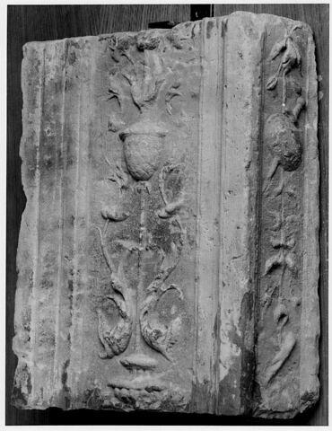 Fragment de pilastre : décor de vase cantonné de fleurs et dauphins