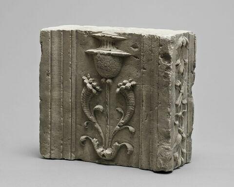 Fragment de pilastre, décor de cornes d'abondance, cierges et bouquets de fruits
