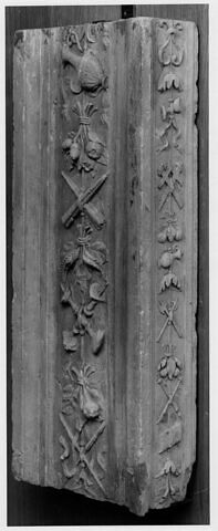 Fragment de pilastre : décor d'aiguière et bouquets de fruits, cierges et chandeliers