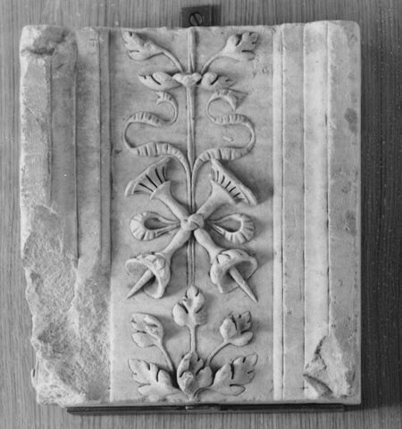 Fragment de pilastre : décor de deux chandeliers