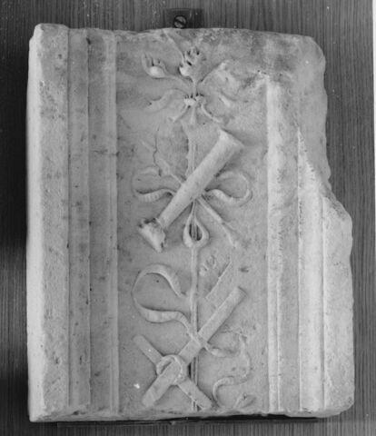 Fragment de pilastre : décor de croix, couronne d'épines et colonne de la flagellation