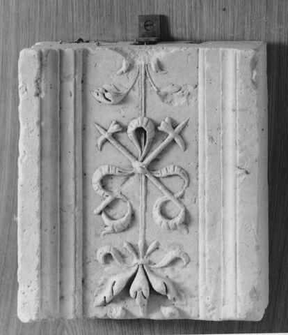 Fragment de pilastre : décor de deux pertuisanes