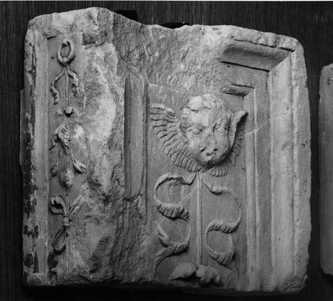 Fragment de pilastre : décor de tête d'ange
