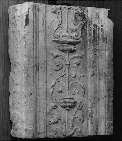 Fragment de pilastre : décor de cornes d'abondance, vases et feuillages stylisés