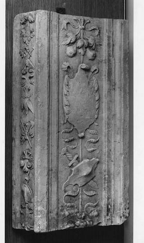 Frament de pilastre : décor de cartouche, bouclier découpé et cimeterre