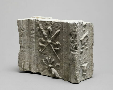 Fragment de pilastre : décor de deux pertuisanes entrecroisées