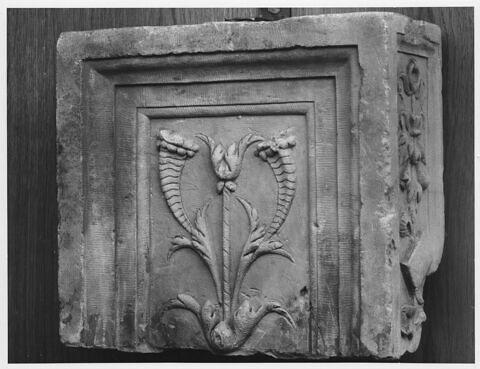 Sommet de pilastre : décor de cornes d'abondance