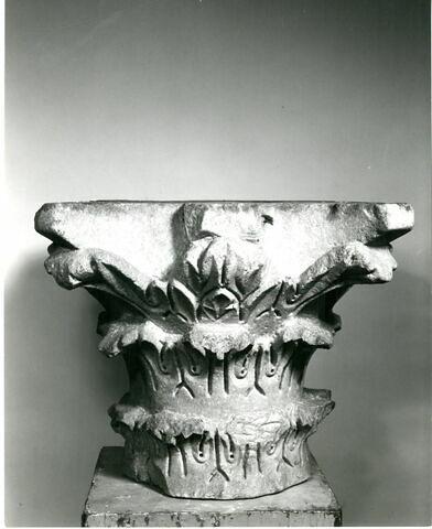 Chapiteau décoré de feuilles d'acanthe