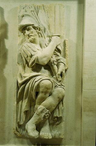Licteur, les jambes tournées vers la droite