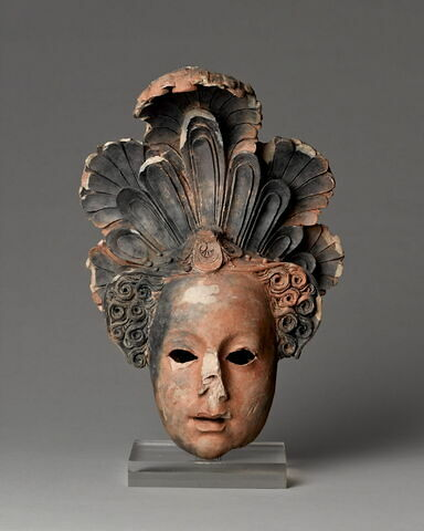 Masque féminin coiffé d'un Atifet surmonté de plumes