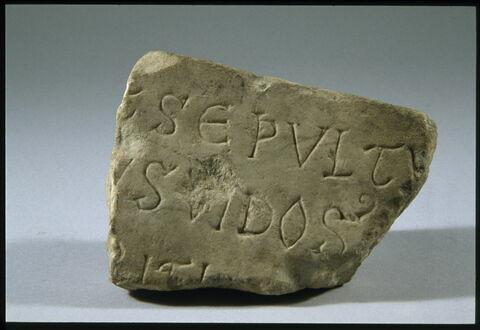 Fragment d'épitaphe