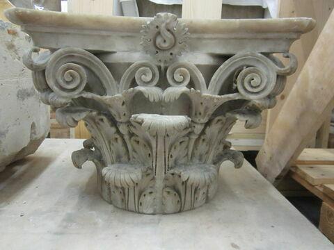 Chapiteau corinthien orné d'un motif floral