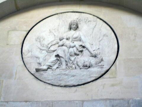 Mère allaitant son enfant - relief de la laiterie de la reine