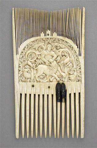Peigne liturgique ou de cérémonie : Samson déchirant le lion ; feuillages
