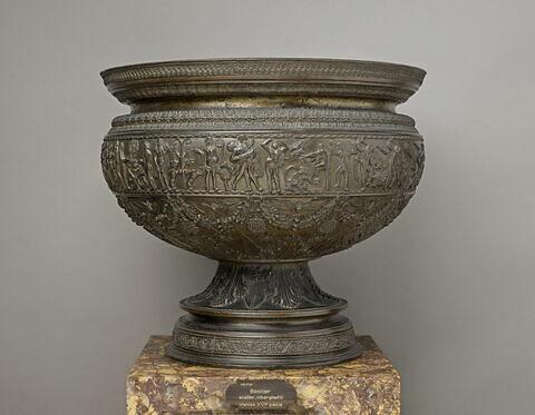 Coupe ornée d'arabesques et de bas-reliefs en partie imités de l'antique