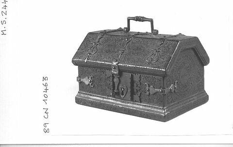 Coffre rectangulaire avec sa clé, en cuir noir à décor de fleurs