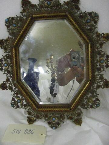 Miroir en cuivre doré et émaillé à décor de turquoises et corail