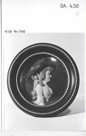 Médaillon de cire encadré : Mme Saint-Huberti