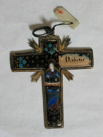 Pendentif en forme de croix : d'un côté le Christ, de l'autre la Vierge