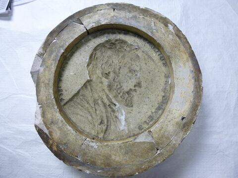 Moule en plâtre du médaillon d'Eug. Guillaume et une épreuve en plâtre.