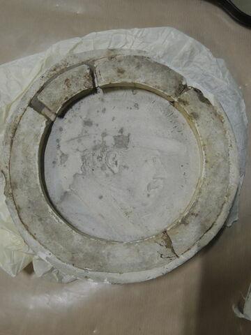 Moule en plâtre du médaillon de Gibert et une épreuve en plâtre.
