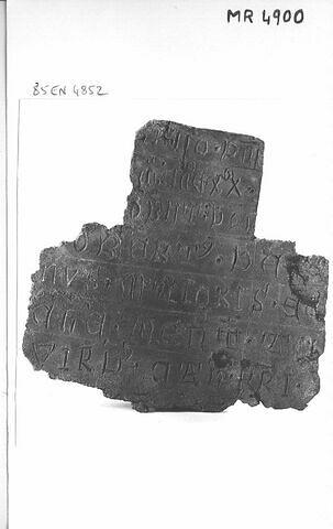 Plaque : inscription funéraire.