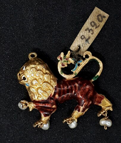 Lion en ronde bosse, or émaillé et perle