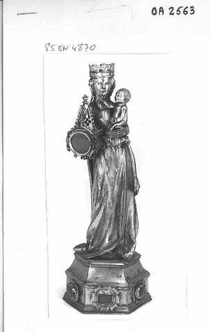 Statuette-reliquaire :  Vierge à l'Enfant sur un socle tenant un reliquaire surmonté par un clocheton.
