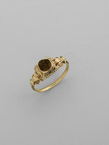 Bague en or émaillé, pierre manquante
