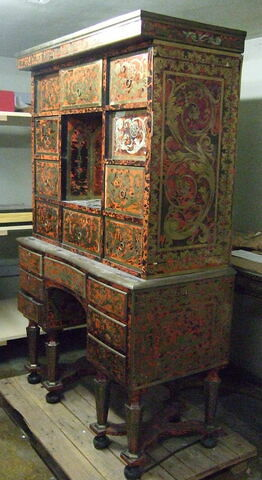 Cabinet à l'italienne en marqueterie de cuivre sur fond d'écaille rouge . Début du règne de Louis XIV.