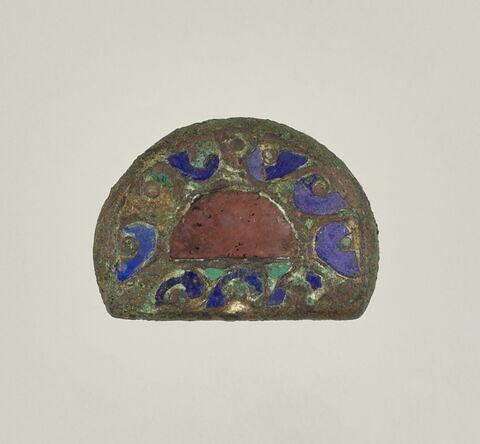 Plaque en cuivre émaillé de forme demi-circulaire.