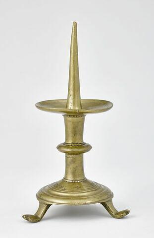 Chandelier tripode, à pieds en forme de patte, avec une inscription