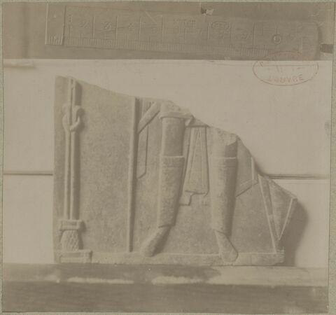 Plaque (fragment de) : partie inférieure du corps d'un saint guerrier.