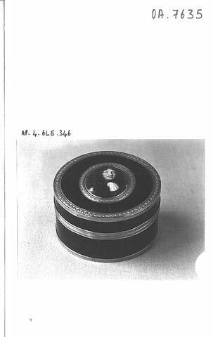 Bonbonnière de forme ronde.
