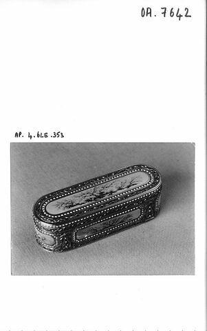 Bonbonnière. Or émaillé de médaillons imitant l'agate herborisée. Charles-Alexandre Bouillerot. Paris, 1778-1779 et 1779-1780.
