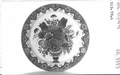 Plat rond : vase de fleurs et lambrequins sur le marli