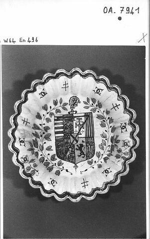 Plat rond godronné : armoiries de Louis de Lorraine, abbé de Tournus de 1562 à 1574 Faïence
