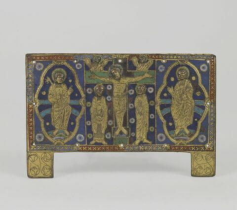 Plaque de châsse : Crucifixion entre saint Pierre et un autre saint.