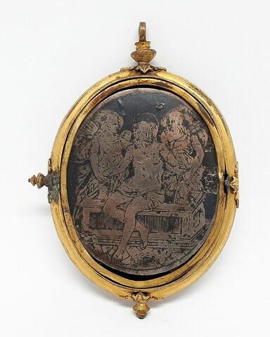 Pendentif ovale, argent niellé et cuivre doré : Christ de pitié avec deux anges Argent niellé et cuivre doré Don Landau, 1985 cartel disponible