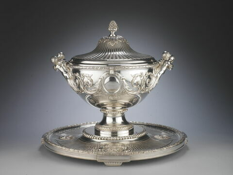 Grand pot à oille avec son plateau et sa doublure du service du Roi George III d'Angleterre et de Hanovre.