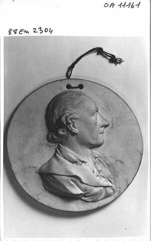 Médaillon représentant un homme de profil. porcelaine tendre. France, XVIII° siècle.