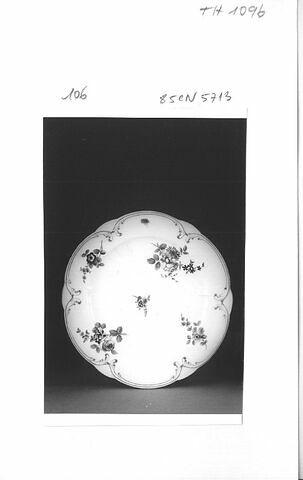 """Assiette """"à palmes"""", d'un ensemble de soixante-dix (TH 1067 à 1136)."""