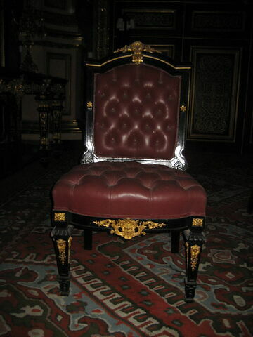 Chaise en bois noir de style Louis XIV.