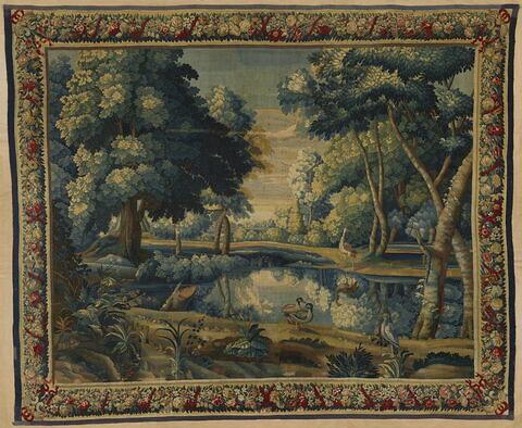 Verdure avec un étang au milieu des arbres