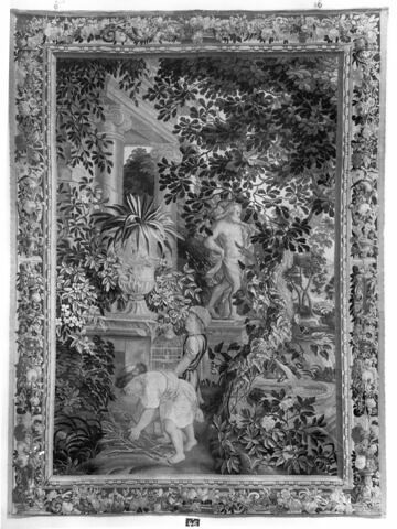 Enfants jardiniers devant une statue d'Hercule.